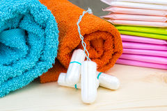 Tampões e almofadas macios sanitários do algodão de toalha e de menstruação de Terry para a proteção da higiene da mulher Dias cr Imagens de Stock Royalty Free