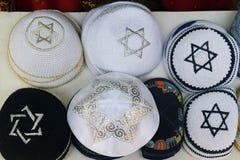 Tampões religiosos judaicos feitos malha festivos (yarmulke) Fotos de Stock