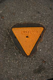 Tampa à terra da água do metal amarelo no cimento Fotografia de Stock Royalty Free