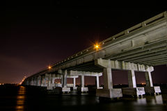 Tampa Bay - Bradenton-Brücke nachts Lizenzfreies Stockbild