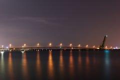 Tampa Bay - Eisenbahn-Zugbrücke nachts Lizenzfreie Stockfotos