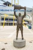 Tampa Bay Lightning Kapitein Raising Stanley Cup Statue royalty-vrije stock foto
