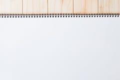 Tampa branca vazia vazia da espiral - bloco de notas encadernado da primeira página no fundo de madeira Imagens de Stock Royalty Free