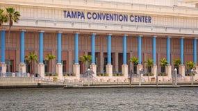 Tampa Convention Center et petit bateau à Tampa du centre, fleuri Image stock