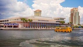 Tampa Convention Center et taxi de l'eau à Tampa du centre, fleuri Images stock
