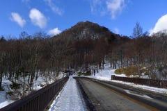 Tampa da estrada com neve no moutain do inverno Imagens de Stock Royalty Free
