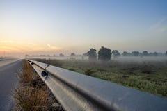 Tampa da névoa da manhã o campo do arroz no inverno Fotografia de Stock