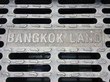 A tampa de câmara de visita do metal na Banguecoque, Tailândia Terra de Banguecoque fotografia de stock royalty free