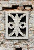 Tampa de mármore decorada na parede de tijolo Imagem de Stock