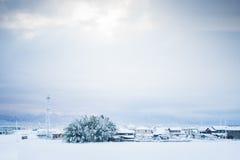 Tampa de neve do inverno a cidade foto de stock