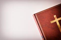 Tampa do couro de Brown de uma Bíblia ao lado de uma tabela Imagem de Stock Royalty Free