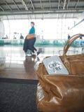 A tampa do saco e do passaporte com citações inspiradores explora Imagem de Stock Royalty Free