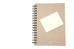 Tampa dura recicl do caderno com lembrete amarelo Imagem de Stock Royalty Free