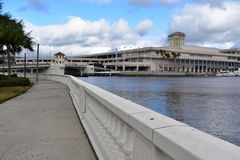 Tampa Flordia, USA - Januari 7, 2017: Tampa Convention Center arkivbilder