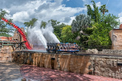 TAMPA, FLORIDA - 5 DE MAIO DE 2015: Atrações em jardins Tampa Bay de Busch florida Molhe o respingo imagens de stock
