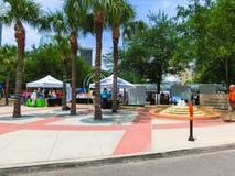 Tampa, Florida, Estados Unidos - 10 de maio de 2018: Povos que andam através de Joe Chillura Courthouse Square Imagem de Stock Royalty Free