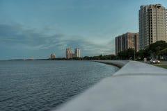 TAMPA FLORIDA - MAJ 05, 2015: Tampa Cityscape med vatten Aftonskott Solnedgång Royaltyfri Foto