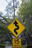 Tampa Florida/USA - Maj 5 2018: Tecken för gata för låg vinkel för 15 MPH med symbolet av en squiggly linje Royaltyfri Fotografi
