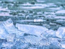 Tampa gelada inferior litoral do inverno Andscape gelado com partes quebradas de gelo azul Fotografia de Stock Royalty Free