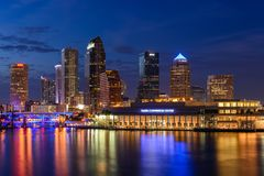 Tampa horisont på den blåa timmen royaltyfria bilder