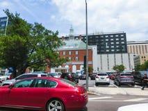 Tampa, la Florida, Estados Unidos - 10 de mayo de 2018: La calle y los coches en el centro de la ciudad de Tampa, la Florida, Est foto de archivo