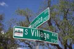 Tampa, la Floride/Etats-Unis - 5 mai 2018 : Veronica Avenue et plaque de rue du sud d'avenue de village à l'intersection images libres de droits