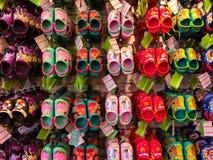 Tampa, los E.E.U.U. - 10 de mayo de 2018: Atormente con las porciones de pares de las sandalias de goma suaves o de Crocs de los  Fotografía de archivo
