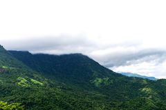 Tampa máxima da montanha pela nuvem na névoa em uma paisagem cênico Fotos de Stock