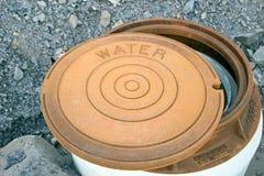 Tampa oxidada da água fotografia de stock royalty free