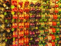 Tampa USA - Maj 10, 2018: Rack med massor av par av barns mjuka rubber sandaler eller Crocs i olika rosa färger, blått Fotografering för Bildbyråer