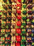 Tampa USA - Maj 10, 2018: Rack med massor av par av barns mjuka rubber sandaler eller Crocs i olika rosa färger, blått Arkivbild