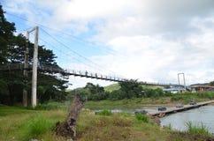 Tamparuli, tuaran, sabah, Maleisië - 01 Ogos 2012: De mening van de Tamparulihangbrug in ochtend Tamparuli is een kleine stad en  stock afbeelding