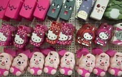 Tampas coloridas da borracha do telefone celular com muitos caráteres e formas para a venda Fotografia de Stock