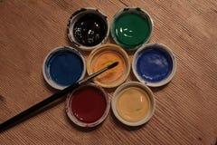 Tampas coloridas da pintura na forma de uma flor Imagens de Stock Royalty Free