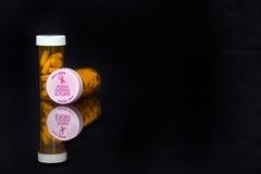 Tampas da conscientização do câncer da mama no tubo de ensaio da prescrição fotos de stock