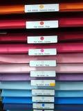 Tampas de arquivo coloridas na prateleira no arquivo fotos de stock royalty free