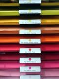Tampas de arquivo coloridas na prateleira no arquivo imagens de stock