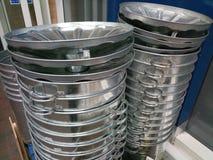 Tampas novas do balde do lixo do metal Imagem de Stock Royalty Free