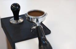 Tamped und zusammengepreßter Kaffeesatz in einem portafilter lizenzfreies stockbild