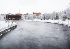 TAMPERE, FINLANDIA - GENNAIO 2016 Giorno di inverno freddo accanto a Tammerkoski La temperatura era inferiore a -20 gradi Fotografie Stock