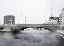 TAMPERE, FINNLAND - JANUAR 2016: Kalter Wintertag nahe bei Fluss in der Mitte der Tampere-Stadt Temperatur unterhalb -20 Grad Lizenzfreie Stockbilder