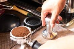 Tamping Barista λόγοι Espresso Στοκ Φωτογραφίες