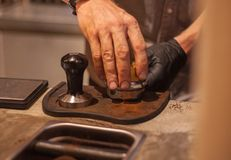 Tamping Espresso που πυροβολείται με το χέρι Στοκ Εικόνες