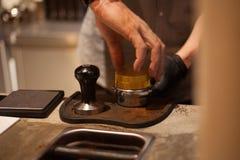 Tamping Espresso που πυροβολείται με το χέρι Στοκ Εικόνα