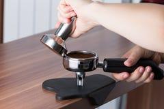 Tamping il caffè Immagini Stock