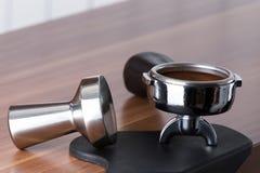 Tamping il caffè Immagini Stock Libere da Diritti