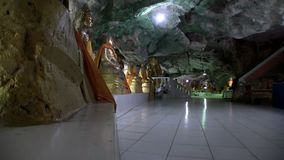 Tample in der Höhle, Buddha, zentrale Halle, anderer Winkel stock video