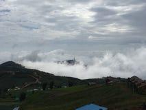Tample mellan molnet och berget Royaltyfri Bild