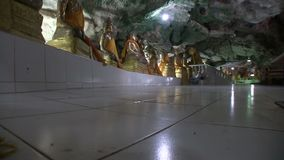 Tample na caverna, Buda, salão central o outro ângulo video estoque