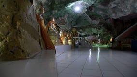 Tample na caverna, Buda, salão central, o outro ângulo video estoque